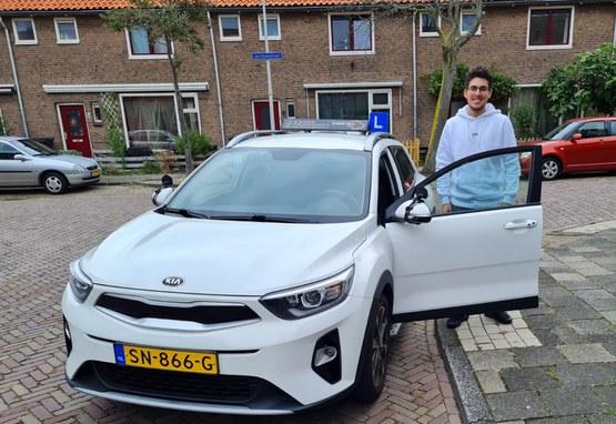 Ahmed heeft zijn autorijbewijs op zak!